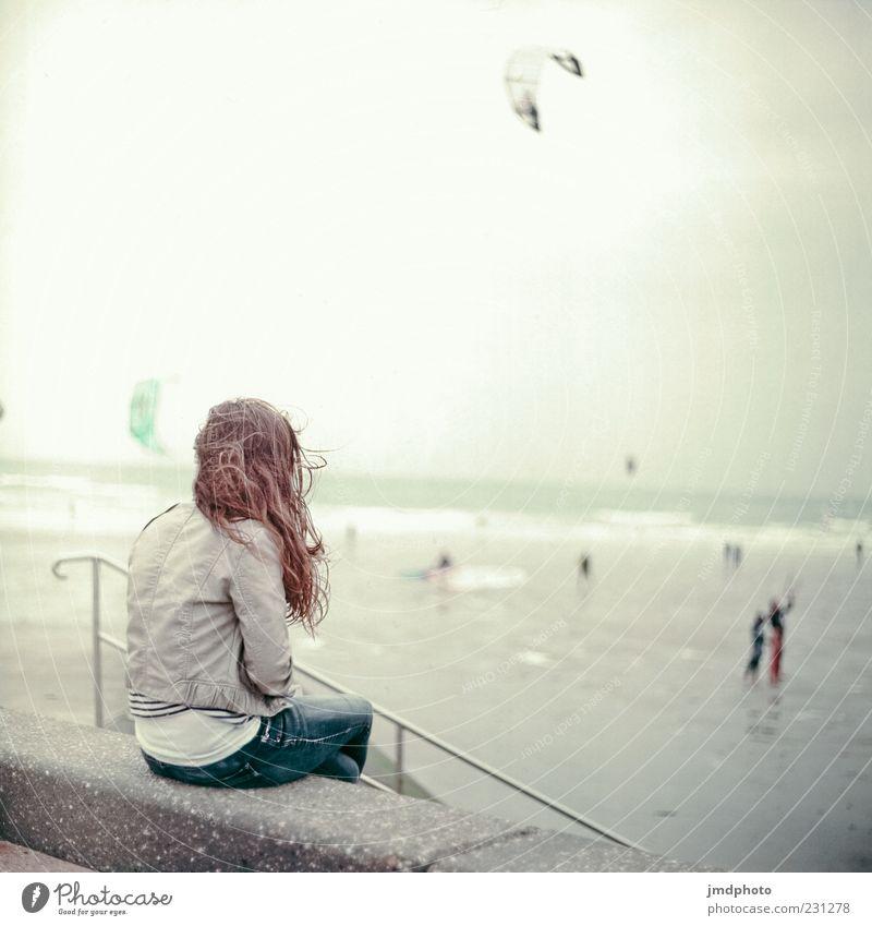 Strand Mädchen Mensch Jugendliche Ferien & Urlaub & Reisen Meer Einsamkeit Erwachsene Ferne Erholung feminin kalt Mauer Horizont sitzen nass frei