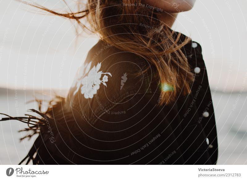 Modeschnappschuss eines Mädchens im Wind. Sonnenuntergang Lifestyle Freude Glück schön Haut Gesicht Ferien & Urlaub & Reisen Freiheit Sommer Strand Meer Mensch