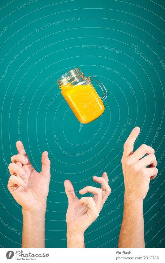 DREI HÄNDE WOLLEN NEKTAR II Mensch blau Erotik gelb Gesundheit Menschengruppe fliegen Frucht gold Orange frisch Glas Getränk Medien Bioprodukte Frühstück