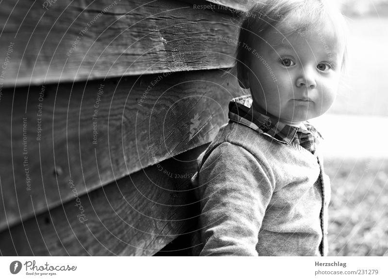 Save our children Mensch Kind schön Leben Kopf Kindheit authentisch einzigartig Kleinkind Wange Holzwand Schwarzweißfoto Kindergesicht