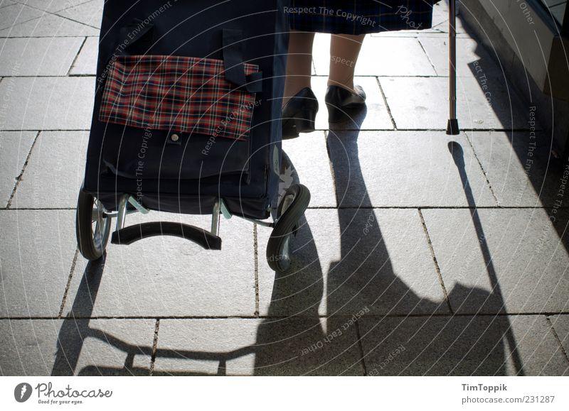 Es läuft nicht mehr rund... Mensch alt Senior Beine Fuß gehen Armut außergewöhnlich kaputt 60 und älter 50 plus Rad Stock Gehhilfe Pflastersteine rollen