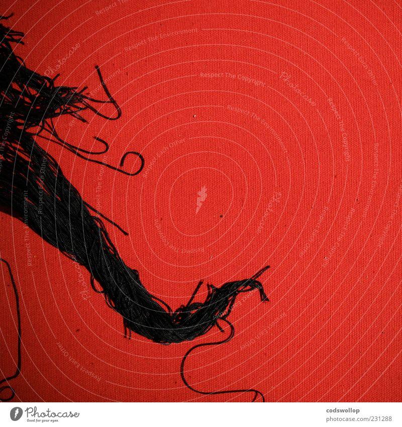 le rouge et le noir rot schwarz Bodenbelag Stoff abstrakt Quaste Franse Muster Textfreiraum rechts