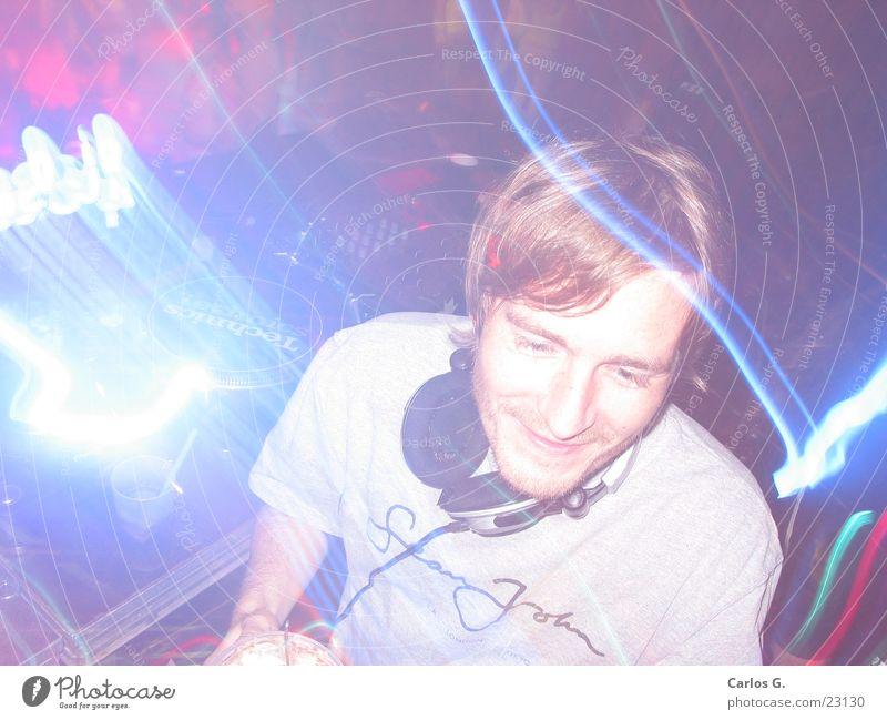 DJ work it! Mann blau Farbe dunkel Party Stil Musik Tanzen Disco Club Werbung Veranstaltung Diskjockey Scheinwerfer laut