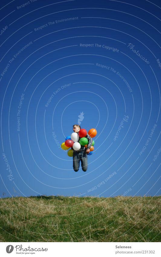 Aufstiegschancen Mensch Natur Sonne Sommer Ferne Wiese Umwelt Spielen oben Gras Garten springen Feste & Feiern Freizeit & Hobby fliegen Geburtstag