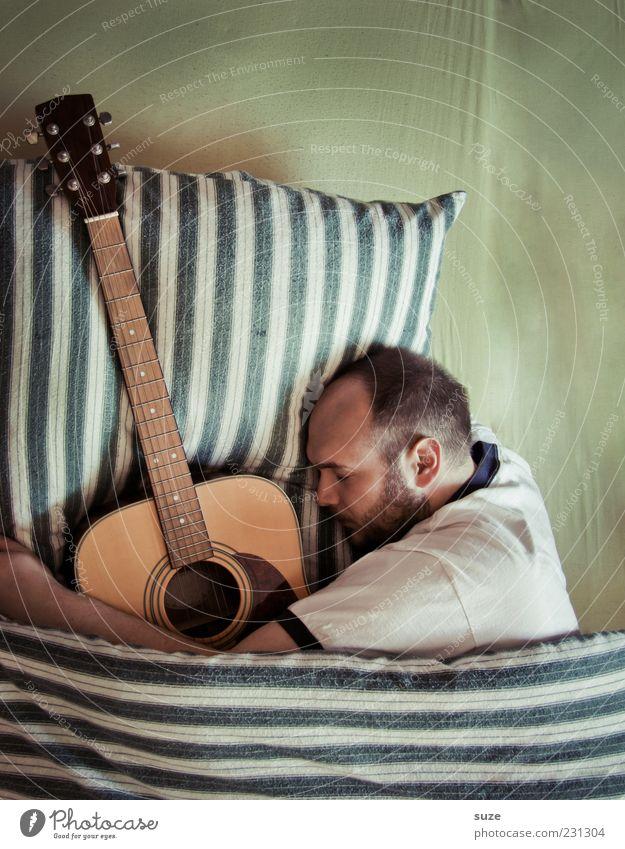 One Mensch Mann Erwachsene lustig liegen träumen Musik außergewöhnlich maskulin Freizeit & Hobby schlafen Streifen Bett Bettwäsche Leidenschaft Partnerschaft