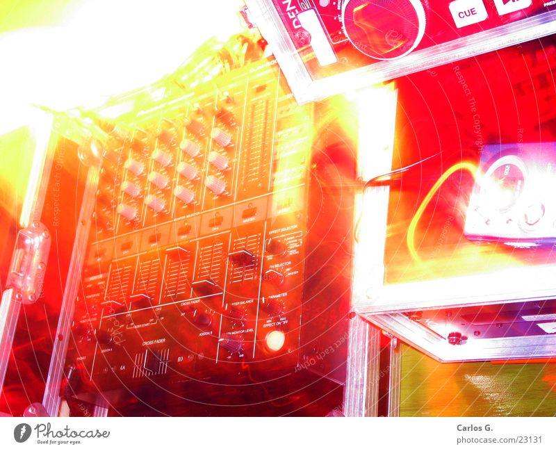 PhosporizedMixin Party Veranstaltung rot gelb Hiphop Techno Langzeitbelichtung Musikmischpult Pioneer Disk Compact Disc Player