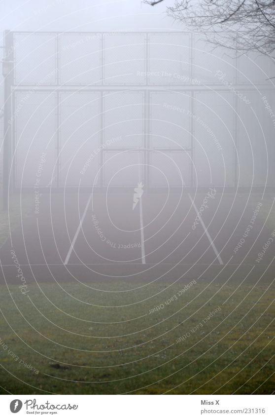 Sport im Nebel kalt grau Linie geschlossen Tor Rennbahn Sportplatz Sportstätten Nebelwand