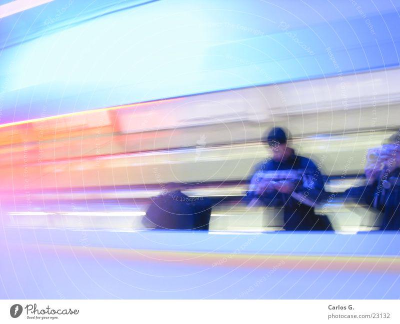 Rollsteg Langzeitbelichtung Autobahn Geschwindigkeit Rolltreppe MUC Flughafen blau Mensch