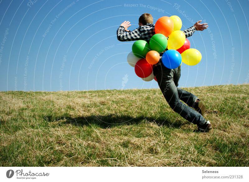Wie ein Irrer Mensch Himmel Natur Wiese Umwelt Spielen Bewegung Gras Frühling lustig Feste & Feiern Freizeit & Hobby Geburtstag rennen Fröhlichkeit Klima