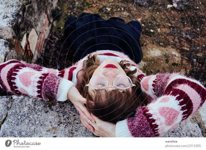 Hoher Blick auf eine junge Frau in Retro-Kleidung Lifestyle Stil Design schön Haare & Frisuren Sinnesorgane Erholung ruhig Meditation Mensch feminin Junge Frau