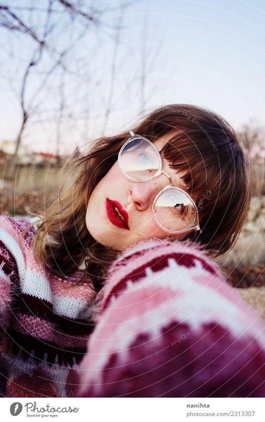 Junge schöne Frau mit Retro-Look Lifestyle Stil Freude Freiheit Mensch feminin Junge Frau Jugendliche 1 18-30 Jahre Erwachsene Umwelt Natur Feld Bekleidung