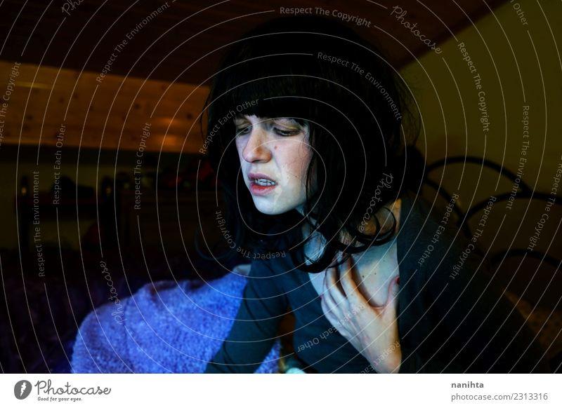 Mensch Jugendliche Junge Frau Einsamkeit dunkel 18-30 Jahre Erwachsene Lifestyle Gesundheit Innenarchitektur feminin Gesundheitswesen Häusliches Leben Angst