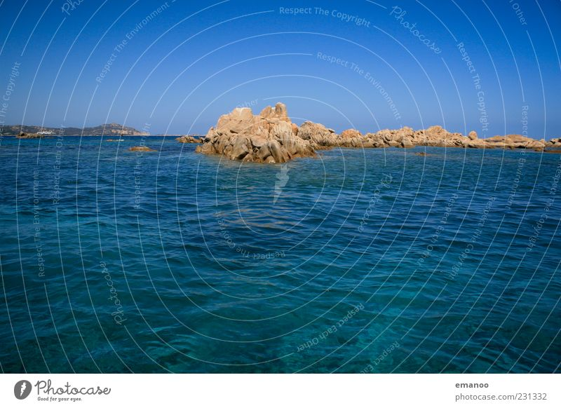 smaragd tief blau Ferne Freiheit Sommer Insel Wellen Natur Landschaft Wolkenloser Himmel Horizont Felsen Küste Bucht Meer heiß schön Costa Smeralda Sardinien