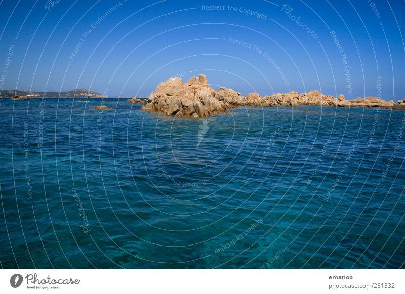 smaragd tief blau Natur blau schön Meer Sommer Ferne Landschaft Freiheit Küste Wellen Horizont Felsen Insel heiß Schönes Wetter Bucht