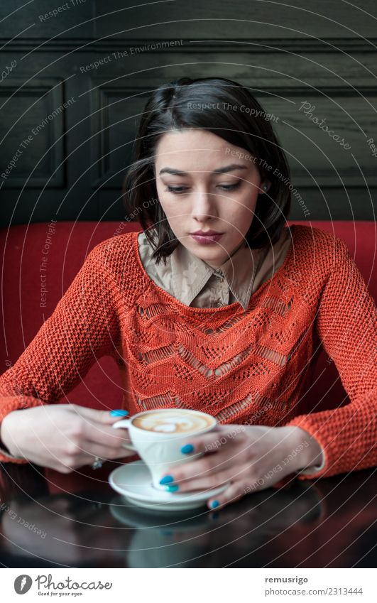 Frau trinkt Kaffee Getränk trinken Espresso Lifestyle Design Tisch Restaurant Mensch Erwachsene Mode Herz frisch heiß braun Rumänien Timisoara aromatisch Pause