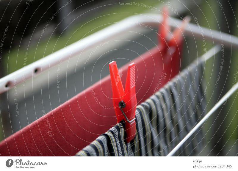 Wäsche Wäsche Wäsche, immer wieder Wäsche! Haushaltsführung Wäscheklammern festhalten hängen Duft frisch Sauberkeit rot trocknen Luft Alltagsfotografie Farbfoto