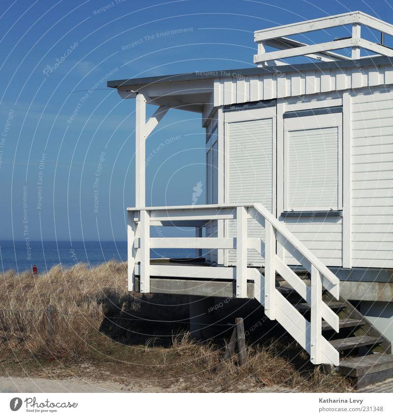 Kurtaxe bitte! Himmel blau weiß Sommer Meer Strand Einsamkeit Haus Horizont Treppe Sicherheit Schutz Schönes Wetter Geländer Hütte Ostsee