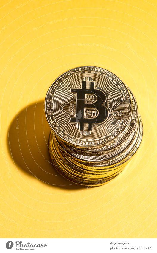 Bitcoin-Stapel auf gelbem Hintergrund Geld Erfolg Wirtschaft Kapitalwirtschaft Geldinstitut Business Metall Wachstum gold Kryptowährung Geldmünzen Entwurf