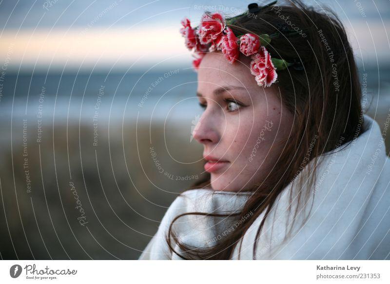 Nelken am Abend Frau Mensch Jugendliche schön Ferien & Urlaub & Reisen Meer Sommer Strand Blume Erwachsene Ferne feminin Kopf Haare & Frisuren Traurigkeit