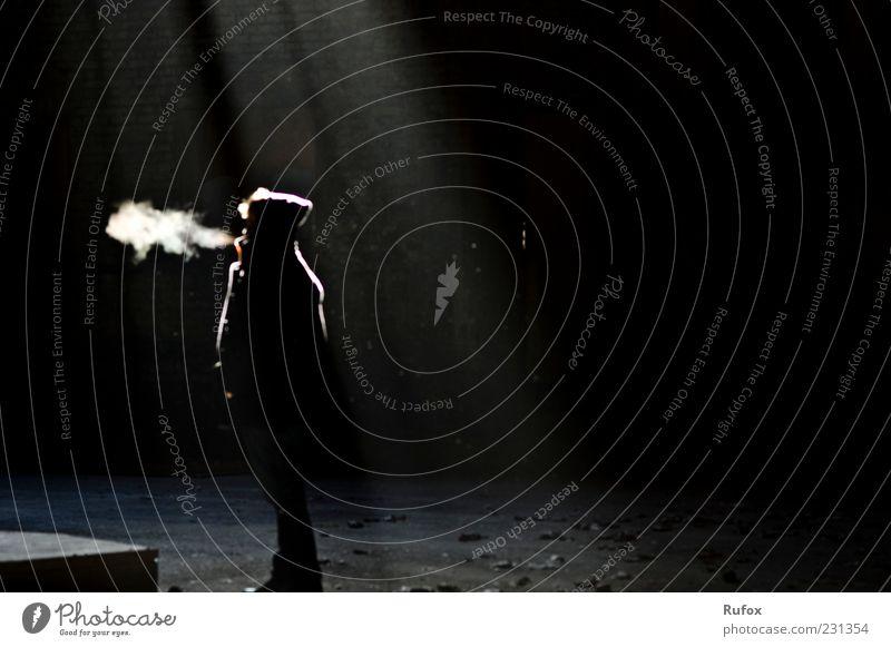 jeder Schatten braucht Licht Mensch Einsamkeit kalt warten Bekleidung Rauchen Jacke Mütze frieren Mantel atmen einzeln Schwarzweißfoto Lichtschein Perspektive