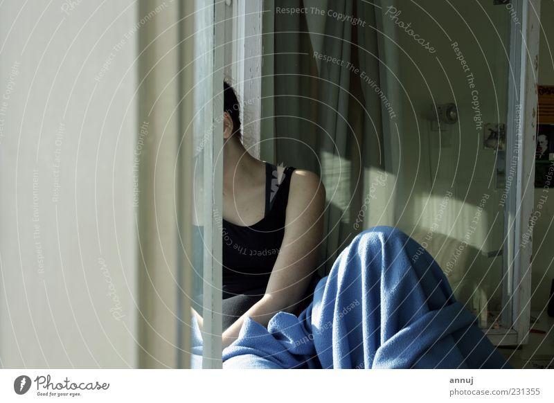 Jugendliche blau weiß Freude Erholung Gefühle grau Denken träumen Stimmung Freizeit & Hobby sitzen warten natürlich Häusliches Leben einfach