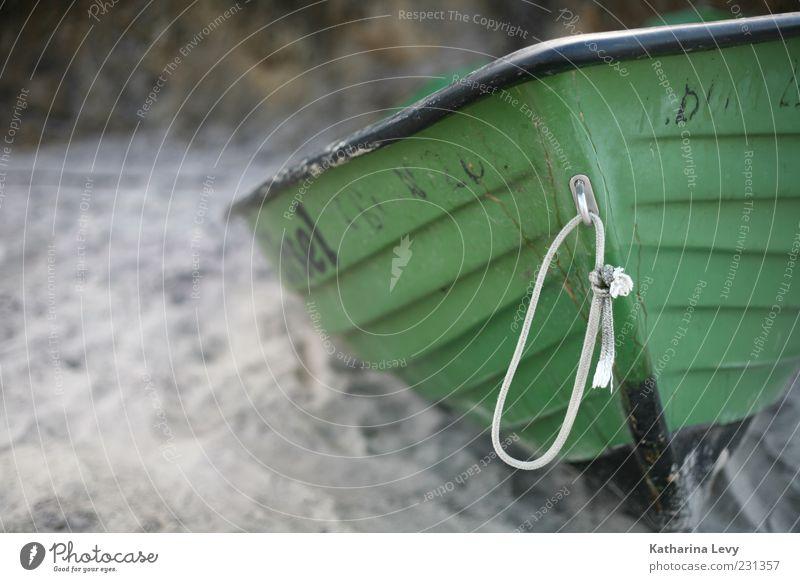 Na los, zieh mich ins Wasser! Ferien & Urlaub & Reisen Sommer Strand grün Wasserfahrzeug Ruderboot Fischerboot Seil verfallen Sand Farbfoto Außenaufnahme