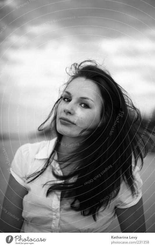 Komm näher! Frau Mensch Jugendliche schön feminin Erwachsene Haare & Frisuren Wind authentisch Freundlichkeit Hemd brünett Lebensfreude 18-30 Jahre langhaarig Junge Frau