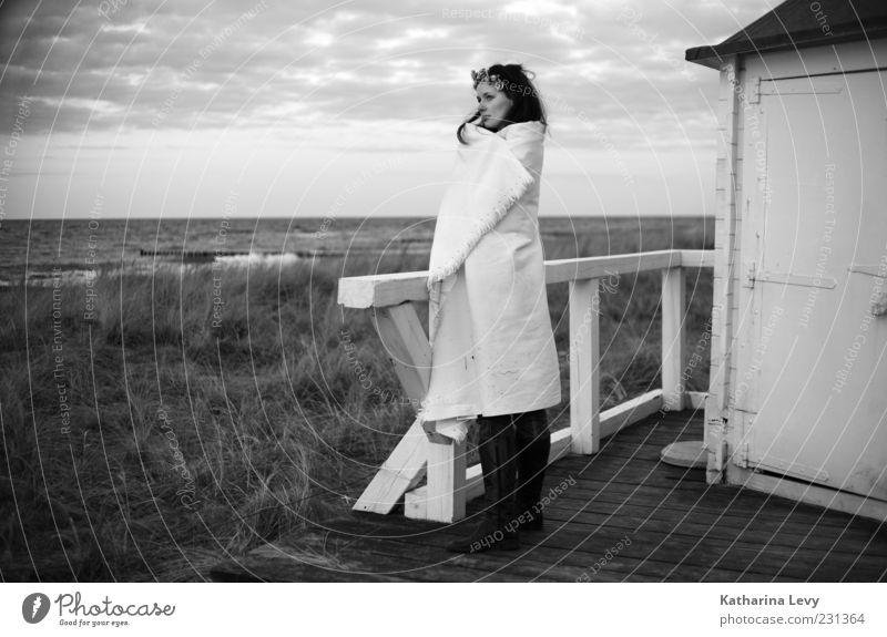 Verlorene Gedanken (Ostsee am Abend) Frau Mensch Wasser Jugendliche Sommer Strand Ferien & Urlaub & Reisen Meer ruhig Einsamkeit Haus Ferne Erholung Erwachsene