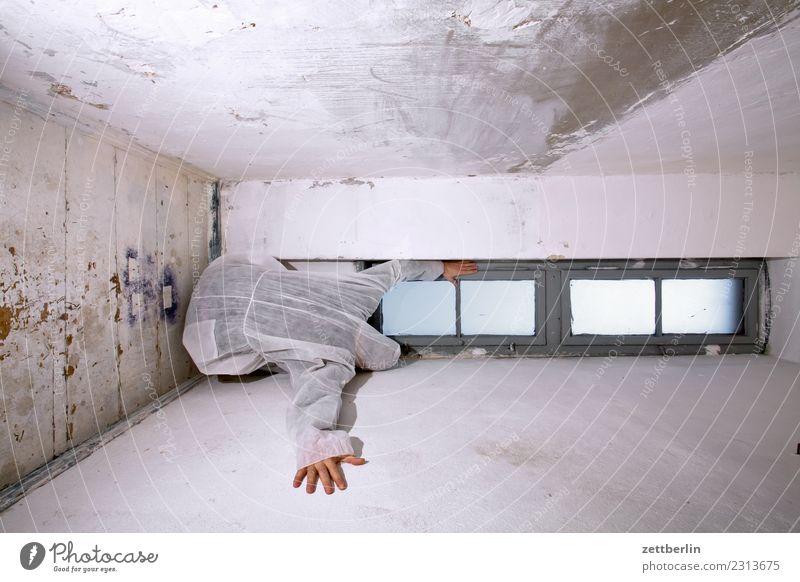 Fenster Aussicht Ecke Geister u. Gespenster Haus Mann Maske Karnevalskostüm verstecken verkleiden Mensch Raum Rücken stehen Textfreiraum Theaterschauspiel