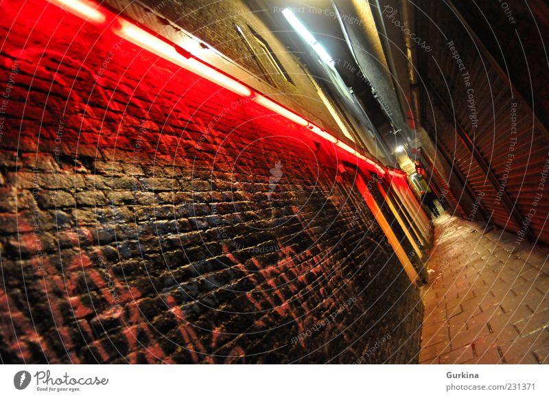 Mensch Stadt rot dunkel Wand Mauer Beton maskulin gefährlich Europa heiß Platzangst exotisch Hauptstadt Sehenswürdigkeit Altstadt