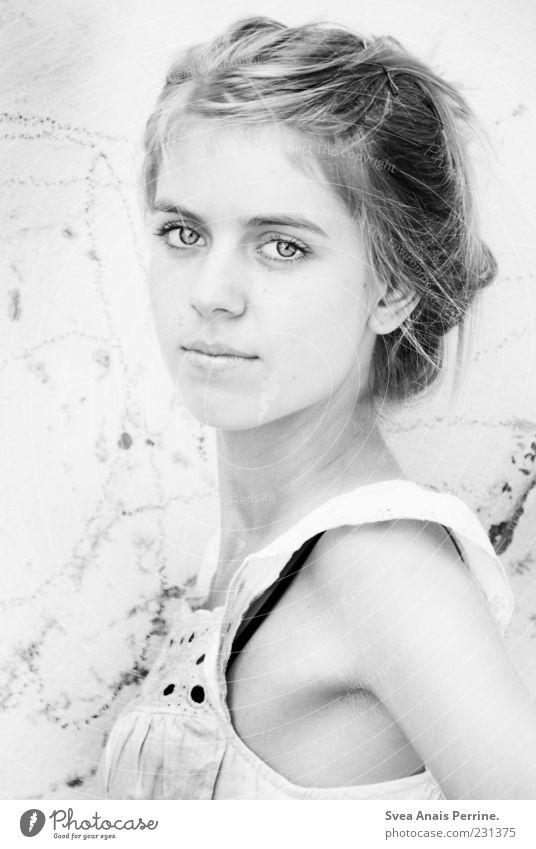 emotionsdesign. Mensch Jugendliche schön Auge feminin Wand Gefühle Haare & Frisuren Stil Mauer Mode Zufriedenheit blond elegant Haut