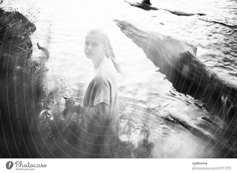 Somewhere I Mensch Natur Jugendliche Wasser schön Strand Einsamkeit ruhig Erwachsene Erholung Leben Umwelt Gefühle Freiheit Gras träumen