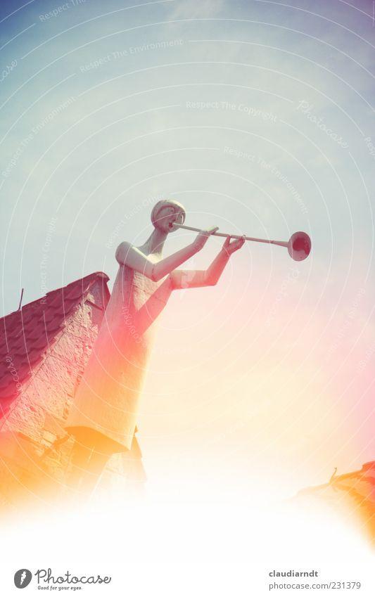 Himmelsbote Kunst Skulptur Musik Kirche Dach Metall Glaube Posaune Musikinstrument Blasinstrumente musizieren Giebelseite Dachfirst Blendeneffekt Retro-Farben