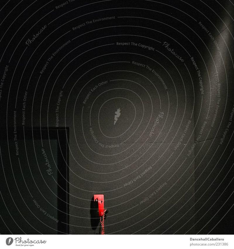 Bei Anruf ..... rot Einsamkeit schwarz Haus ruhig dunkel Wand Mauer Tür Raum Angst warten gefährlich Telefon bedrohlich Telekommunikation