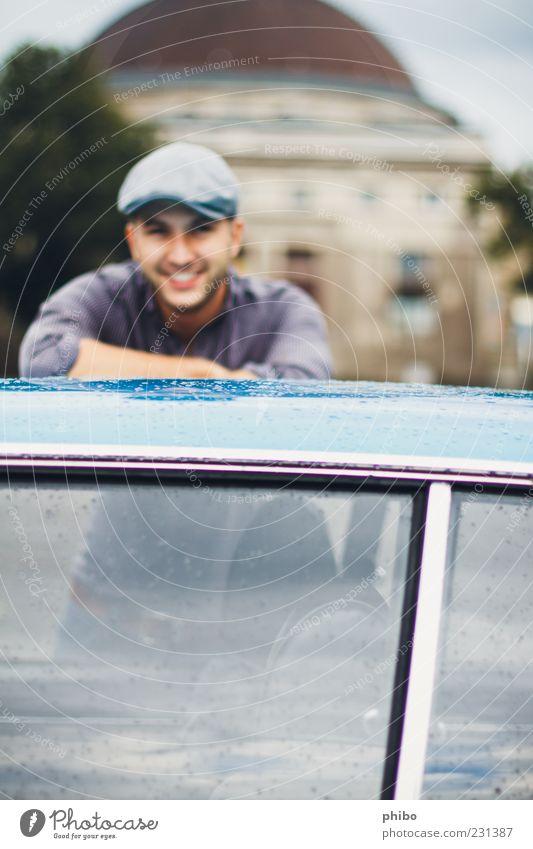 19 Jugendliche blau schön Freude Erwachsene Leben grau Kopf lachen Gebäude Zufriedenheit stehen 18-30 Jahre Bauwerk Lächeln