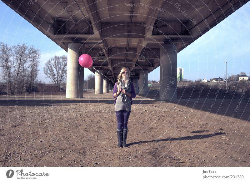erwartungshaltung. Stil Freizeit & Hobby Freiheit Feste & Feiern Junge Frau Jugendliche Erwachsene Leben 1 Mensch 18-30 Jahre Baum Brücke Bauwerk Sonnenbrille