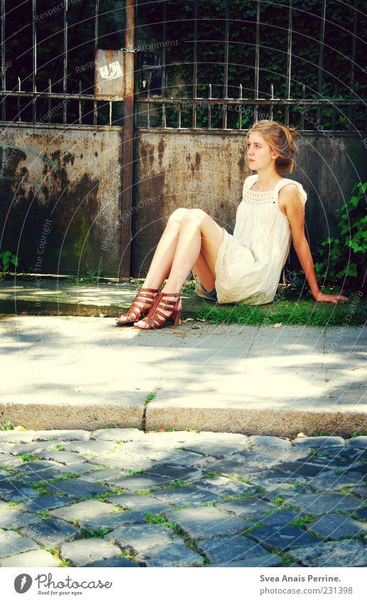 rost. Lifestyle elegant Stil feminin Junge Frau Jugendliche Haut Beine 1 Mensch Kleid Damenschuhe Haare & Frisuren blond genießen sitzen einzigartig dünn schön