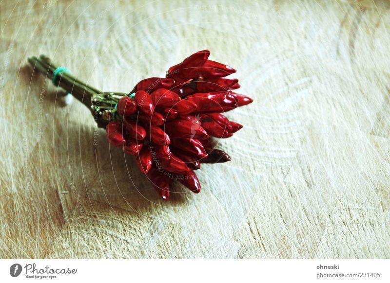 Hot rot Pflanze Ernährung Holz Lebensmittel Kochen & Garen & Backen Kräuter & Gewürze Scharfer Geschmack Gemüse Schneidebrett Bündel Chili feurig Schote