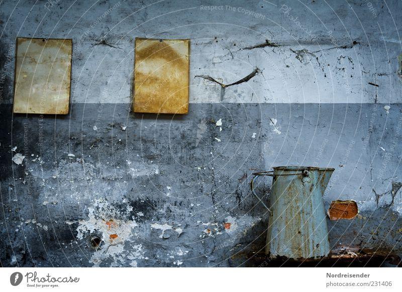Stillstand Arbeitsplatz Fabrik Mauer Wand Papier Zettel Häusliches Leben alt dunkel kaputt Ekel Ende Endzeitstimmung Identität Krise Vergangenheit Zeit Kannen