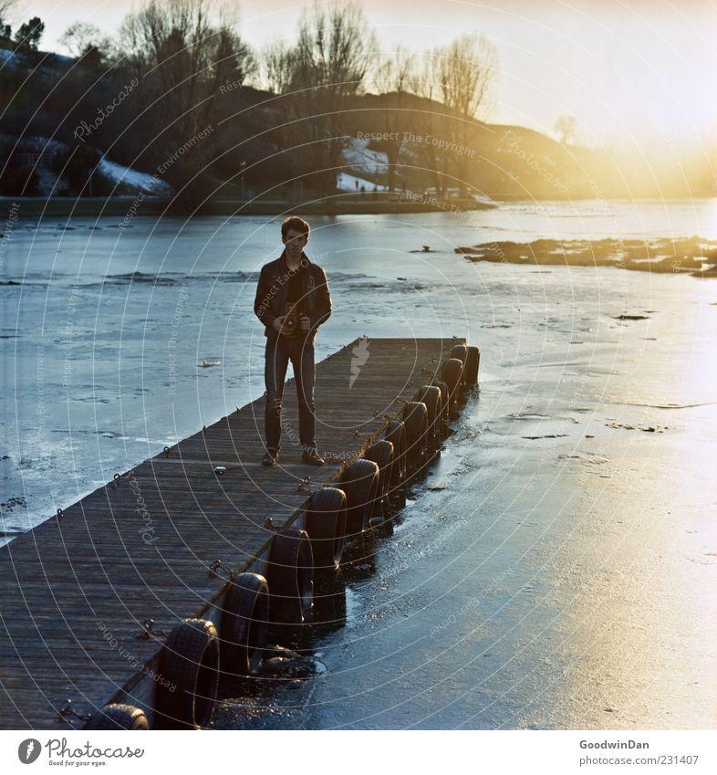 Oliver. Mensch maskulin Junger Mann Jugendliche Erwachsene 1 Umwelt Natur Winter Wetter Schönes Wetter Eis Frost Park Steg festhalten frieren warten Ferne frei