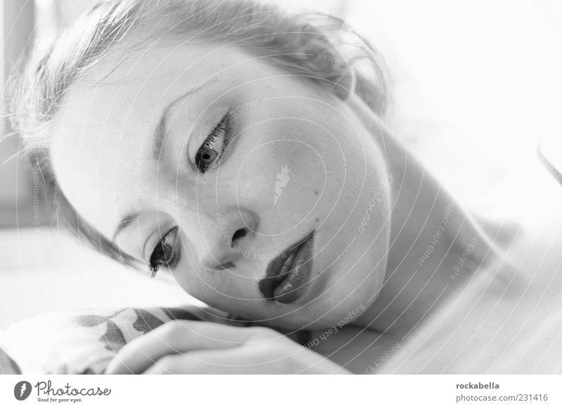 samstag nachmittag. Mensch Jugendliche weiß schön ruhig Erwachsene feminin Gefühle träumen elegant ästhetisch einzigartig 18-30 Jahre dünn zart berühren