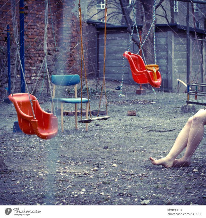Frauenb Frau Erwachsene Spielen Beine Fuß Erde Freizeit & Hobby dreckig sitzen Seil leer trist Stuhl geheimnisvoll Spielzeug Kot