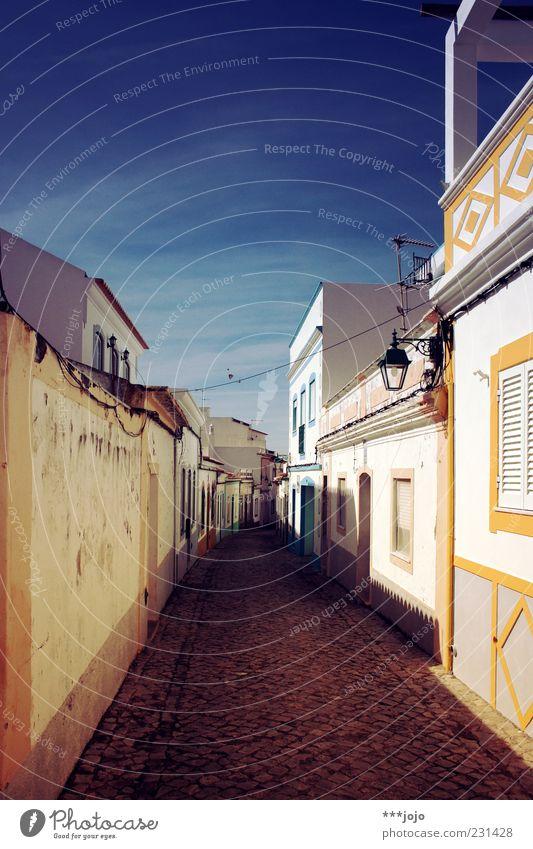 united colours of portugal. weiß Stadt Ferien & Urlaub & Reisen Haus Farbe Wege & Pfade Mauer Fassade Dorf Kopfsteinpflaster Straßenbeleuchtung eng Fernweh Gasse Pflastersteine Portugal