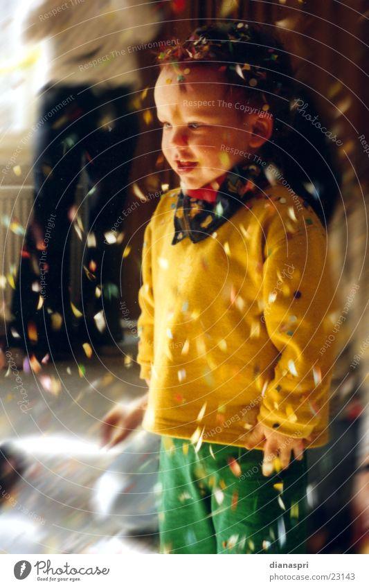 konfettiregen Kind Bewegung Karneval staunen Konfetti