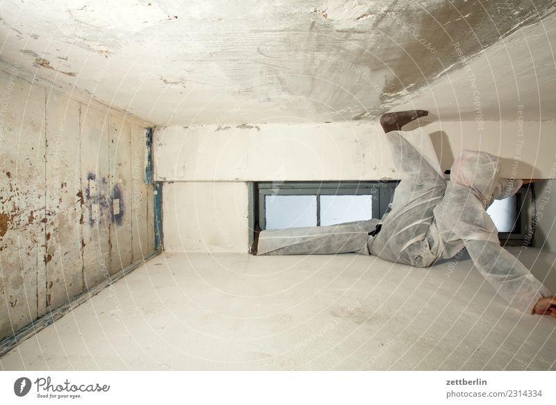 Unklare Lage Aussicht Ecke Fenster Geister u. Gespenster Haus Mann Maske Karnevalskostüm Mensch Raum Innenarchitektur Rücken stehen sitzen hängen Textfreiraum