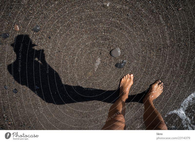 Füße am Strand Mensch maskulin Leben 1 Sand Wasser Küste Insel Santorin beobachten entdecken maritim Erwartung Neugier Fotografieren Farbfoto Außenaufnahme