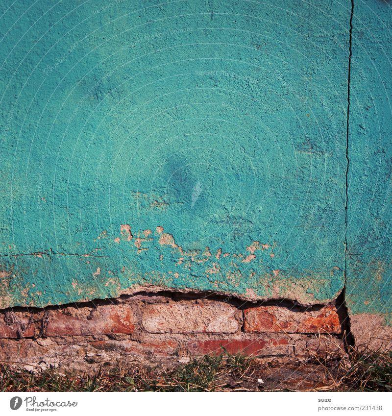 Das Blaue vom Himmel blau Haus Wand Mauer Hintergrundbild dreckig Fassade Beton authentisch kaputt Vergänglichkeit verfallen Vergangenheit Verfall obskur Putz