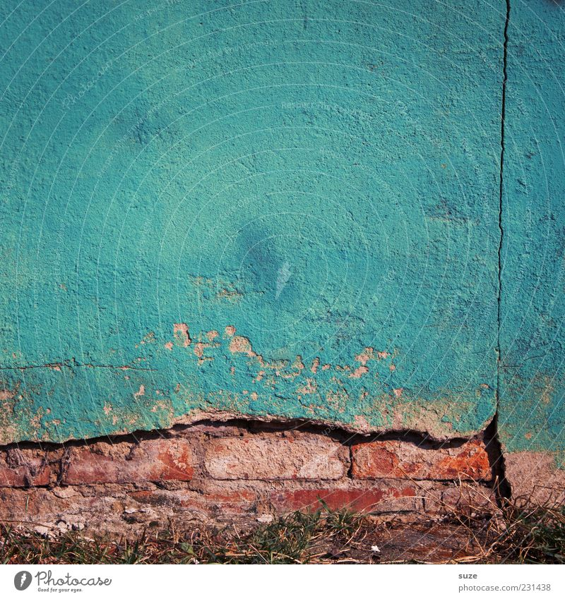 Das Blaue vom Himmel Haus Mauer Wand Fassade Beton authentisch dreckig blau stagnierend Verfall Vergangenheit Vergänglichkeit Hintergrundbild verfallen obskur