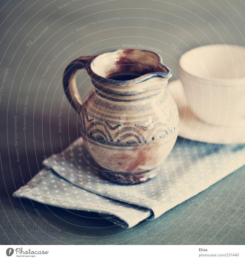 Warten aufs Milchmädchen Tasse Dekoration & Verzierung schön Milchkanne Serviette altehrwürdig blau Geschirr Farbfoto Innenaufnahme Licht Schwache Tiefenschärfe
