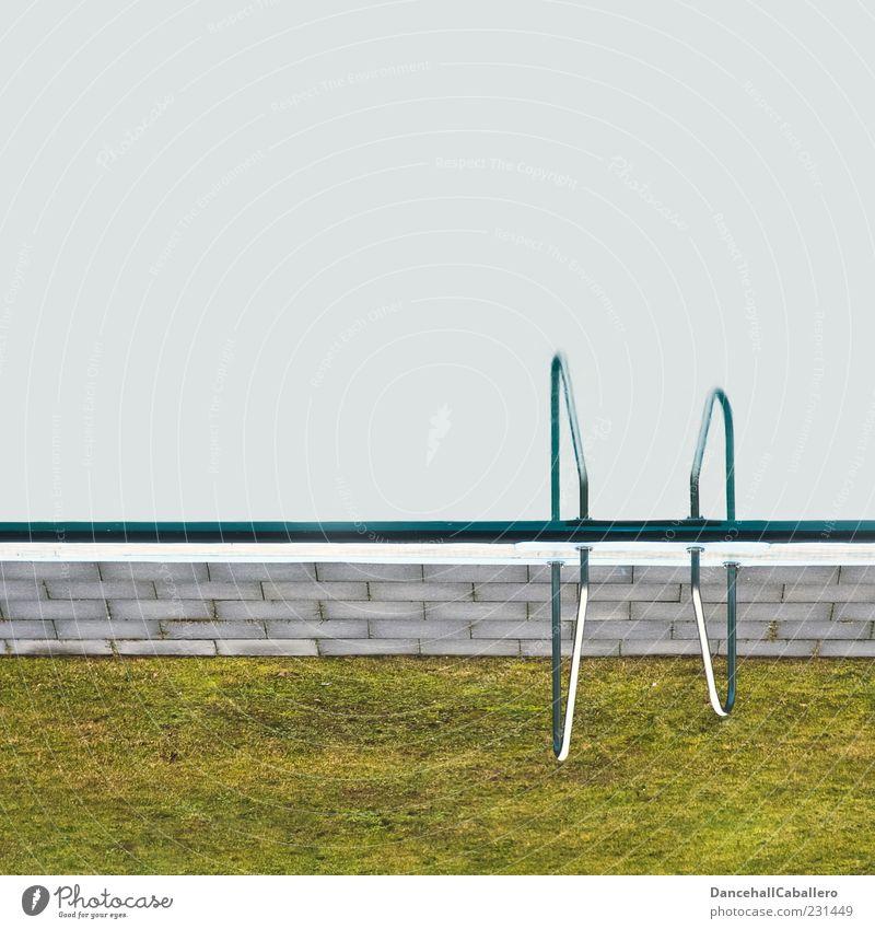upside down Erholung Freizeit & Hobby Ferien & Urlaub & Reisen Sommer Schwimmbad Gras Wasser nass verrückt blau grau grün Vorfreude skurril Symmetrie Am Rand